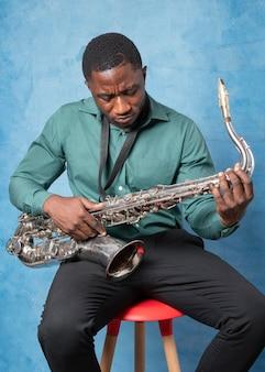 Jovem afro-americano comemorando o dia internacional do jazz