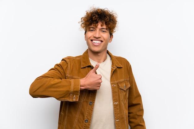 Jovem afro-americano dando um polegar para cima gesto