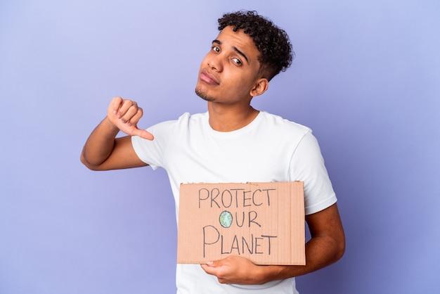 Jovem afro-americano encaracolado isolado segurando um proteger nosso planeta se sente orgulhoso e autoconfiante, exemplo a seguir.