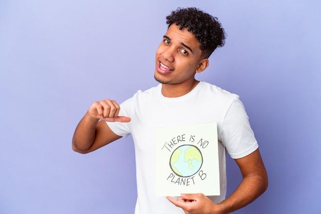 Jovem afro-americano encaracolado isolado segurando um theres é nenhum cartaz do planeta b sente-se orgulhoso e autoconfiante, exemplo a seguir.