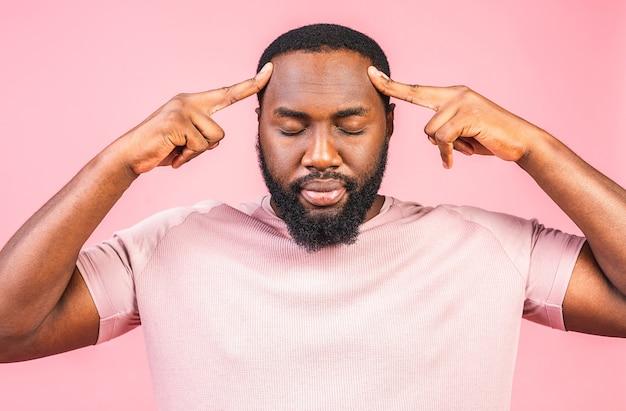 Jovem afro-americano estressado sente dor com uma forte e terrível dor de cabeça
