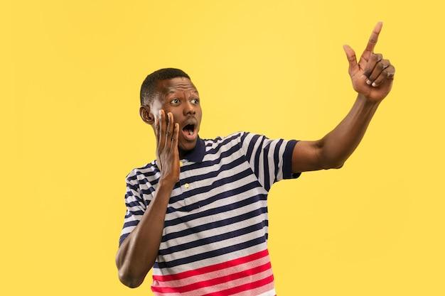 Jovem afro-americano isolado em estúdio amarelo