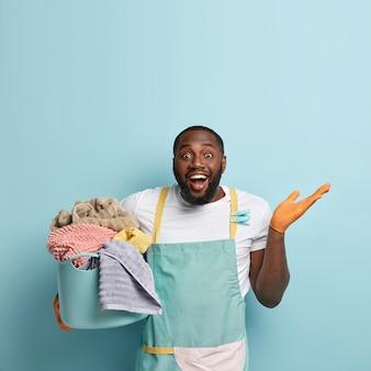 Jovem afro-americano lavando roupa