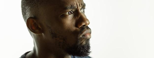 Jovem afroamericano homem close-up tiro no panfleto de plano de fundo do estúdio