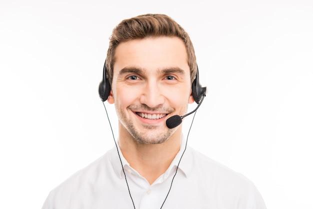 Jovem agente consultando clientes por telefone