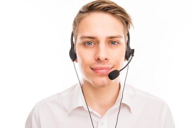 Jovem agente sorridente de call center