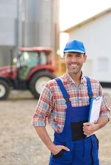 Jovem agricultor cuidando de seu negócio