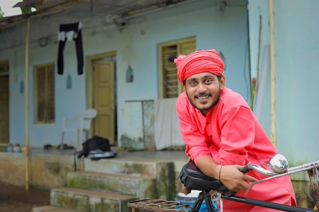 Jovem agricultor indiano com roupas tradicionais