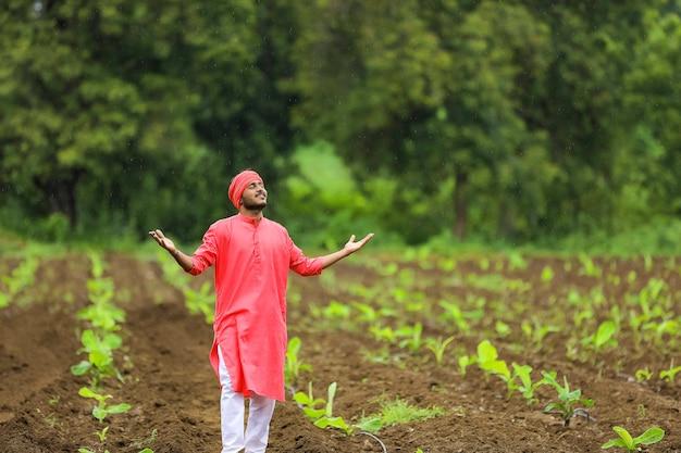Jovem agricultor indiano em campo de banana