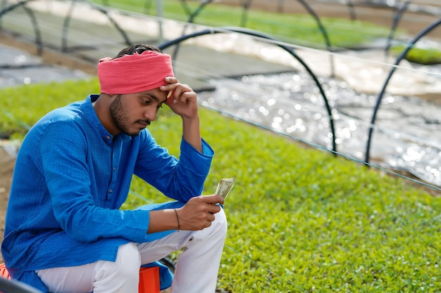 Jovem agricultor indiano em depressão.
