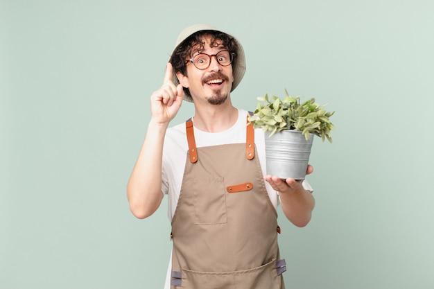 Jovem agricultor se sentindo um gênio feliz e animado depois de realizar uma ideia