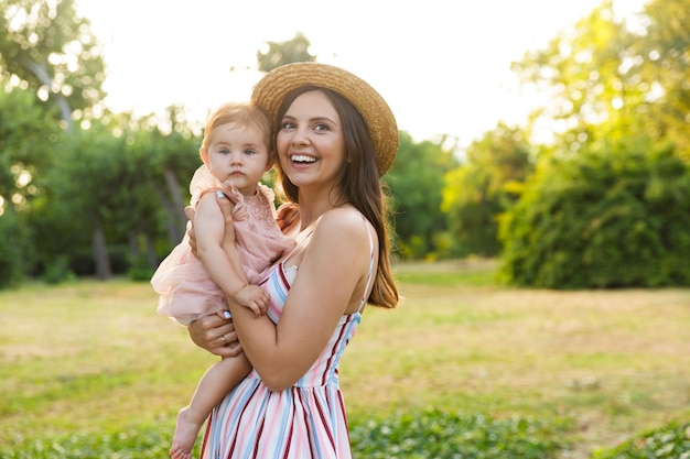 Jovem alegre mãe com sua filha