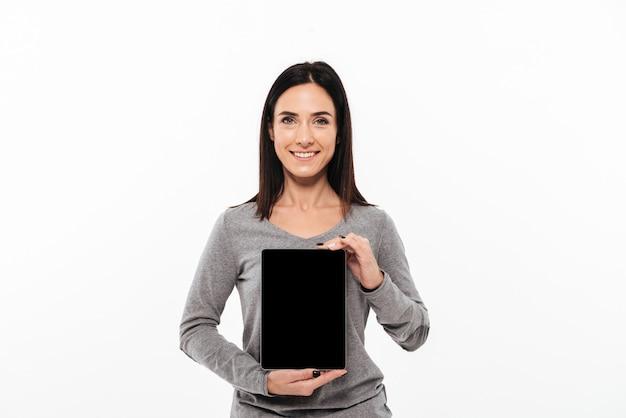 Jovem alegre mostrando a exibição do computador tablet.