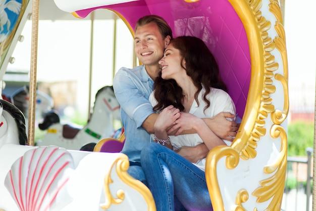 Jovem, alegre, par, visitando, um, atrações, parque