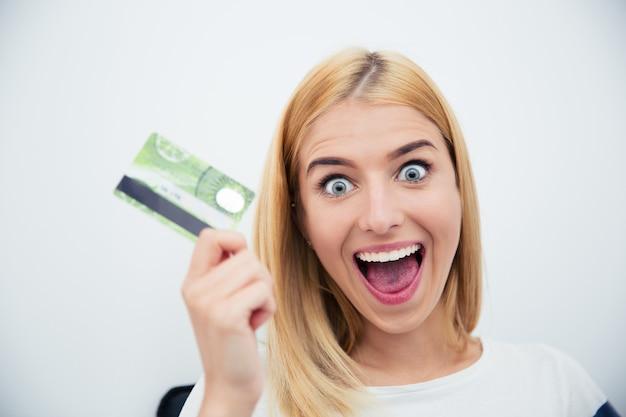 Jovem alegre segurando um cartão do banco
