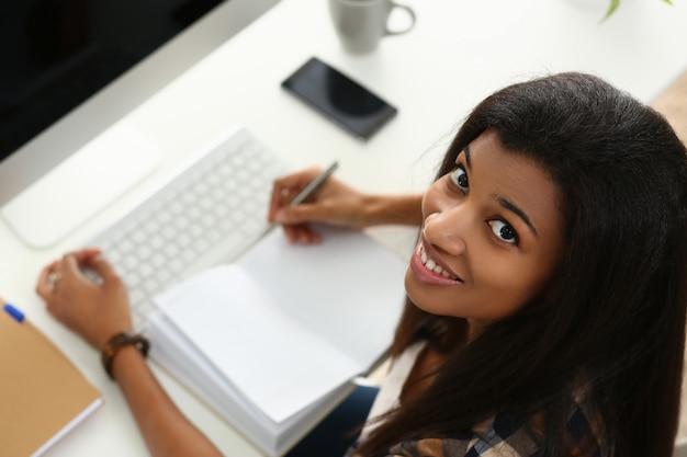 Jovem alegre trabalhando no escritório moderno