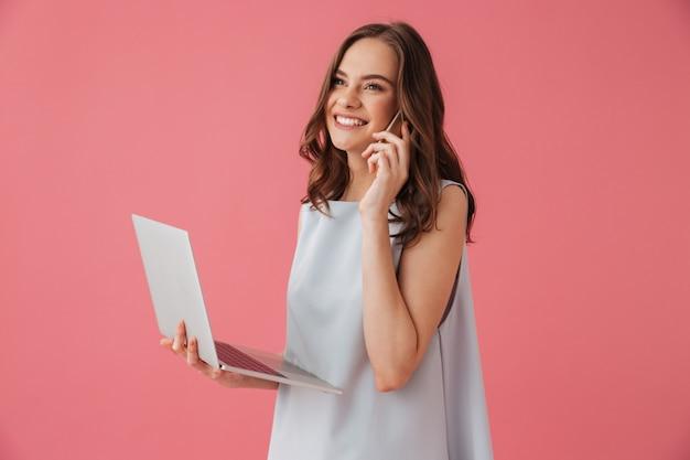 Jovem alegre usando um laptop