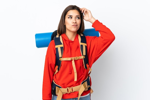 Jovem alpinista caucasiana com uma grande mochila