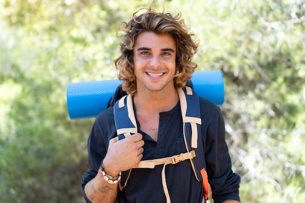 Jovem alpinista caucasiano passando as férias no acampamento
