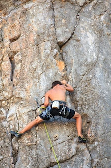 Jovem alpinista na rocha de sistiana, trieste