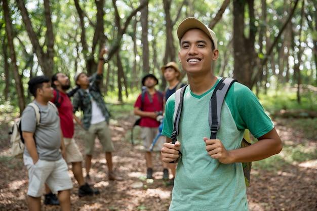 Jovem alpinista sorrindo