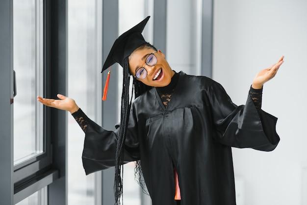 Jovem aluna de manto comemorando sua formatura