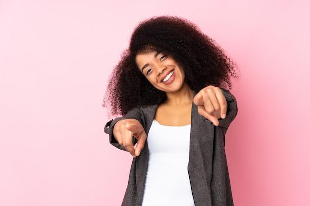 Jovem americana africano apontando para a frente com a feliz expressão