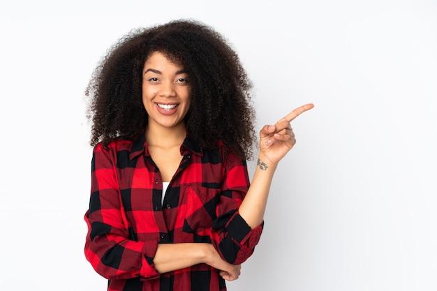 Jovem americana africano feliz e apontando para cima
