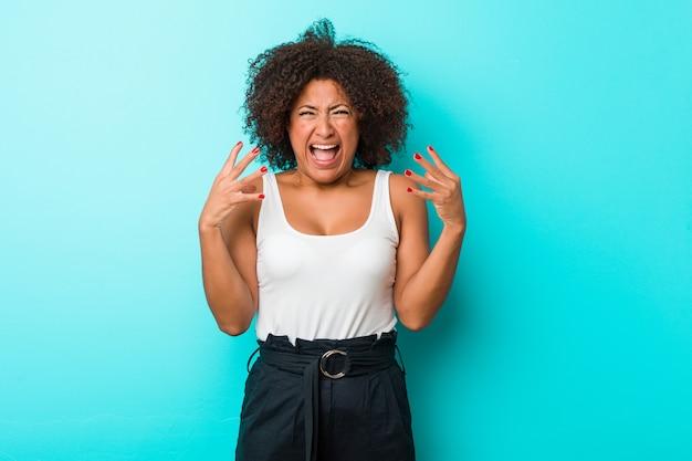 Jovem americana africano gritando de raiva.