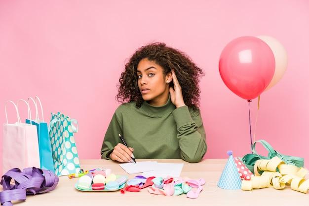 Jovem americana africano planejando um aniversário, tentando ouvir uma fofoca.
