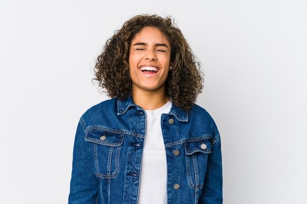 Jovem americana africano relaxado e feliz rindo, pescoço esticado, mostrando os dentes.