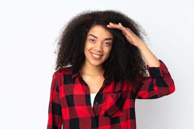 Jovem americana africano saudando com mão com expressão feliz