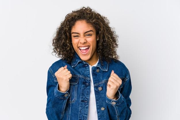 Jovem americana africano torcendo despreocupado e animado. conceito de vitória