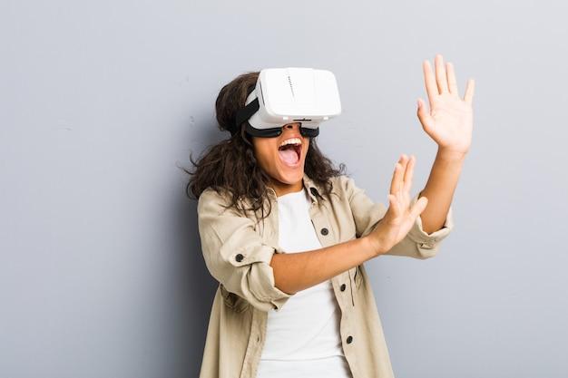 Jovem americana africano usando um óculos de realidade virtual