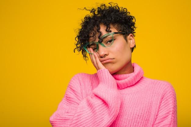 Jovem americana africano vestindo um suéter rosa que está entediado, cansado e precisa de um dia de relaxamento.