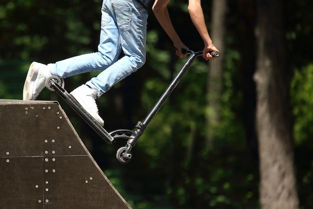 Jovem anda de scooter com montanha russa especial