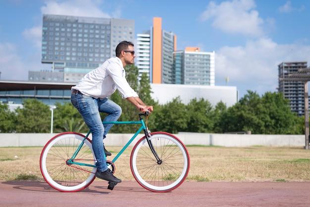 Jovem andando de bicicleta em um dia de verão