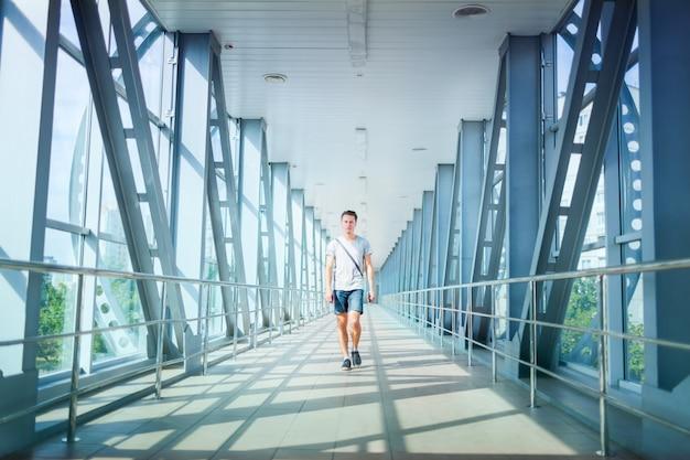 Jovem andando na ponte.