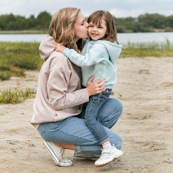Jovem ao ar livre e mamãe