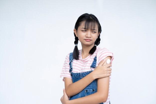 Jovem após a vacinação menina asiática no conceito médico do estudante de fundo branco