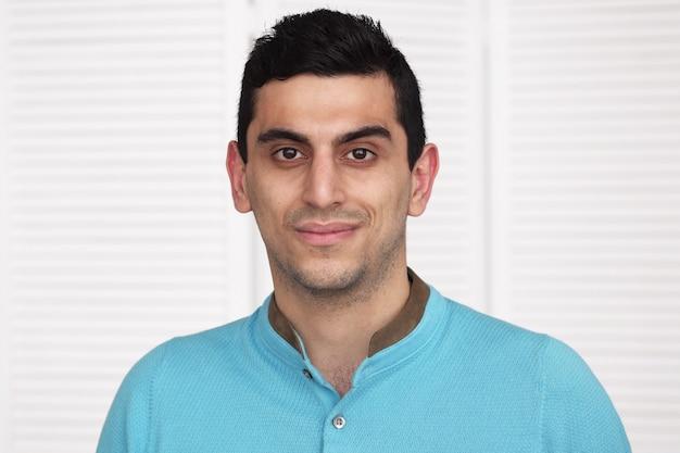 Jovem árabe feliz sorrindo
