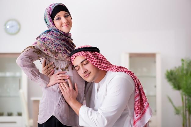 Jovem, árabe, muçulmano, família, com, grávida, esposa, esperando, bebê