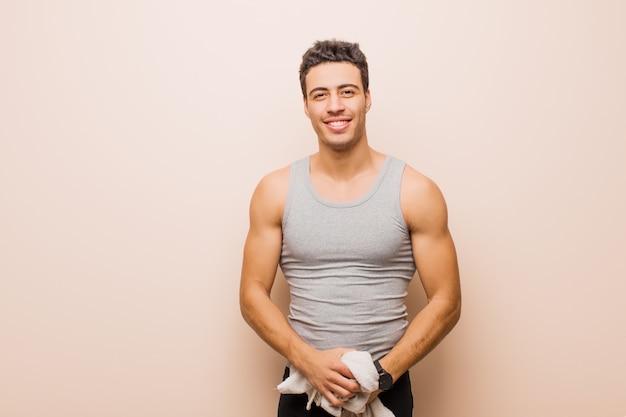 Jovem árabe sorrindo alegremente e casualmente com uma expressão positiva, feliz, confiante e relaxada. conceito de esporte