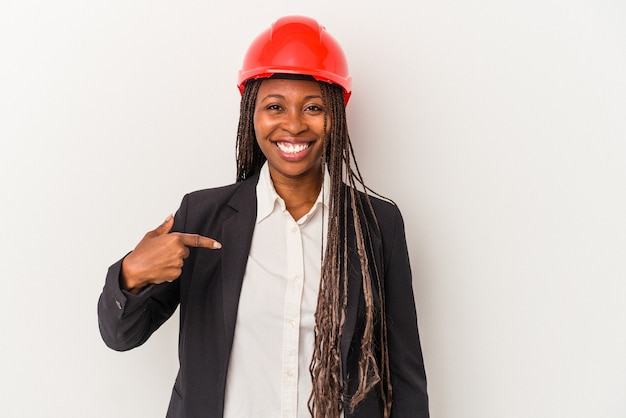 Jovem arquiteta afro-americana isolada em um fundo branco pessoa apontando com a mão para um espaço de cópia de camisa, orgulhosa e confiante
