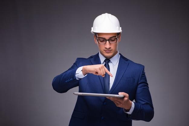 Jovem arquiteto com laptop