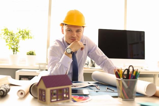 Jovem arquiteto design building plan no escritório