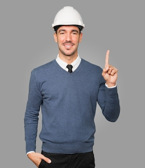 Jovem arquiteto fazendo gesto de número um