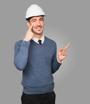 Jovem arquiteto fazendo gesto de observar