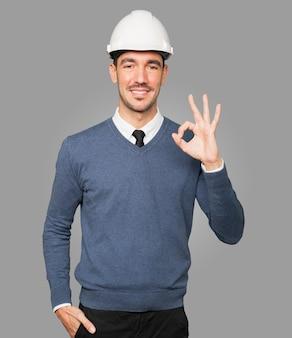 Jovem arquiteto fazendo um gesto de ok com a mão
