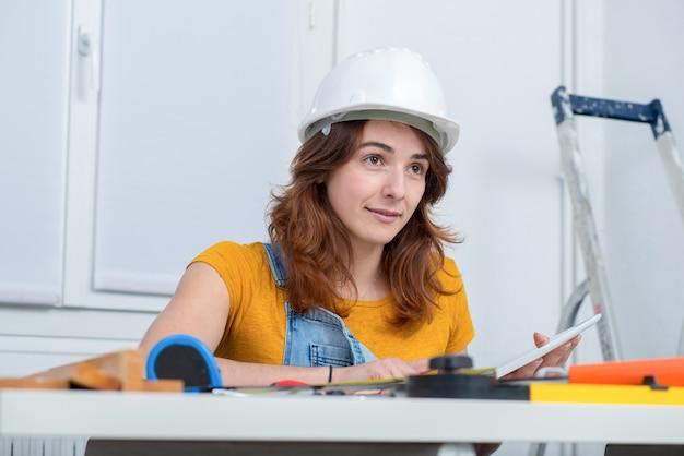 Jovem arquiteto feminino sorridente no escritório